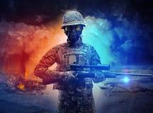 在尘暴中间的武装的战士身分 免版税图库摄影