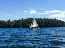 在尚普兰湖的夫妇航行 免版税库存图片