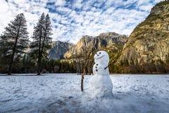 在尤塞米提谷的雪人在与上部优胜美地瀑布背景的-优胜美地国家公园,加利福尼亚,美国的冬天期间 免版税库存图片