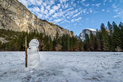 在尤塞米提谷的雪人在与半圆顶的冬天期间在背景-优胜美地国家公园,加利福尼亚,美国 免版税库存图片