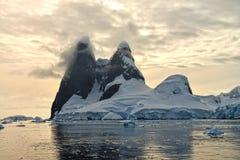 在尤纳峰顶的南极日落 库存照片