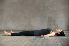 在尸体锻炼的少妇 免版税库存图片