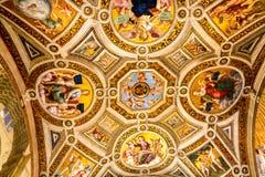 在尺侧皮的梵蒂冈里面的富有的建筑学 库存图片