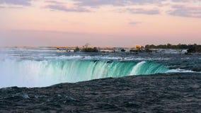 在尼亚加拉大瀑布的马掌秋天从加拿大边观看了在晚上 股票录像