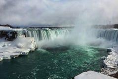 在尼亚加拉小瀑布的绿色水在冬天季节,加拿大 免版税库存照片
