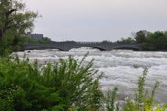在尼亚加拉河的一座桥梁 库存图片