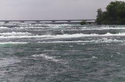 在尼亚加拉瀑布前的水白天的 免版税库存照片