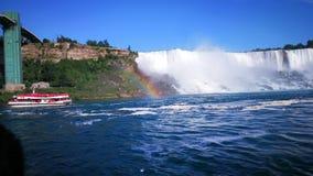 在尼亚加拉瀑布前面的彩虹 免版税库存图片