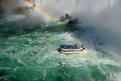 在尼亚加拉瀑布的一条小船 库存图片
