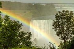 在尼亚加拉瀑布的一条彩虹 免版税库存照片