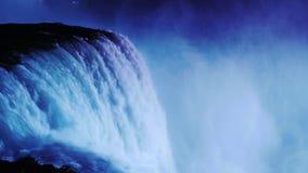在尼亚加拉瀑布的夜照明 水小河由从加拿大海岸的泛光灯照亮 影视素材
