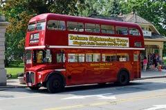 在尼亚加拉瀑布,安大略,加拿大的老伦敦公共汽车 免版税库存图片