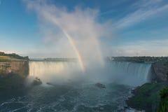 在尼亚加拉秋天薄雾的彩虹  免版税库存图片