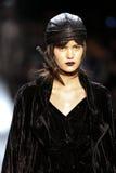 在尼古拉斯K时装表演期间,模型走跑道 图库摄影