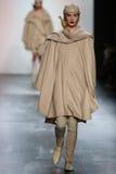 在尼古拉斯K时装表演期间,模型走跑道 库存照片