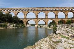 在尼姆附近的罗马渡槽在南法国 免版税库存图片