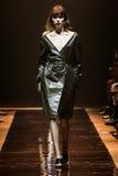 在尼娜Ricci展示期间,模型走跑道 图库摄影