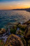 在尼斯海岸线的日落 免版税库存图片