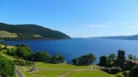 在尼斯湖在苏格兰高地-鸟瞰图的Urquhart城堡 股票录像