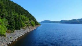 在尼斯湖的令人敬畏的鸟瞰图在苏格兰高地 股票视频