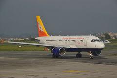 在尼泊尔特里布万国际机场的皇家不丹航空公司 库存图片