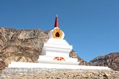 在尼泊尔的山的白色佛教stupa 免版税库存图片