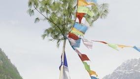 在尼泊尔的山的色的旗子 马纳斯卢峰地区 影视素材