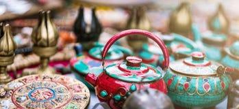 在尼泊尔街市上的传统陶瓷茶壶 免版税图库摄影