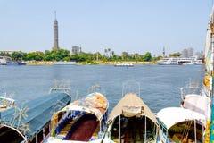 在尼罗和开罗地平线的游船在背景中 免版税库存图片