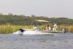 在尼罗河的小船默奇森瀑布国家公园的,乌干达 免版税库存图片