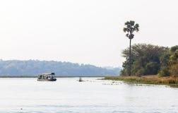 在尼罗河的小船默奇森瀑布国家公园的,乌干达 免版税图库摄影