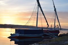 在尼罗河,日出的埃及的两条小船 免版税库存图片