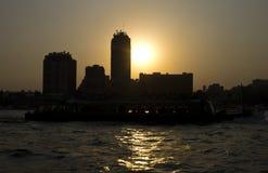 在尼罗的日落有一条小船的在开罗 免版税库存照片