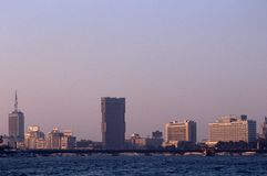 在尼罗的银行采取的都市风景。 免版税库存图片