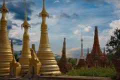 在局促佛教stupas 免版税图库摄影