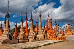 在局促佛教stupas 免版税库存图片