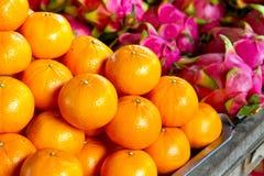 在局部市场上的蜜桔果子 免版税库存照片