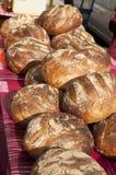 在局部市场表上添面包 库存照片