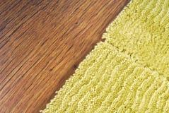 在层压制品的地板上的地毯 库存照片