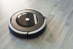 在层压制品的木技术地板聪明的清洁的机器人吸尘器 免版税图库摄影