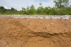在层路土壤之下的沥青 库存照片