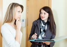 在居民中的妇女举办的调查 免版税库存图片