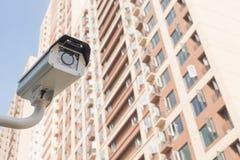 在居民住房前面的CCTV照相机 库存照片