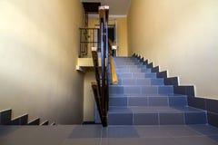 在居民住房的楼梯 与台阶用栏杆围的内部 免版税图库摄影