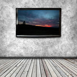 在屋子的墙壁上的等离子电视 免版税库存图片