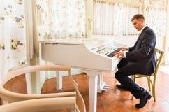 在屋子里修饰使用在一架钢琴 免版税库存图片