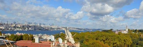 在屋顶、公园和海的晴朗的10月秋天天  库存照片