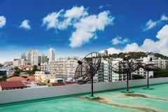 在屋顶上面的国内卫星盘,与蓝天 库存图片