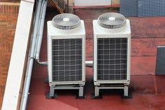 在屋顶上面的外在空调装置 库存照片