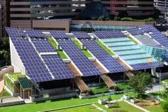 在屋顶上面的太阳电池板 免版税图库摄影